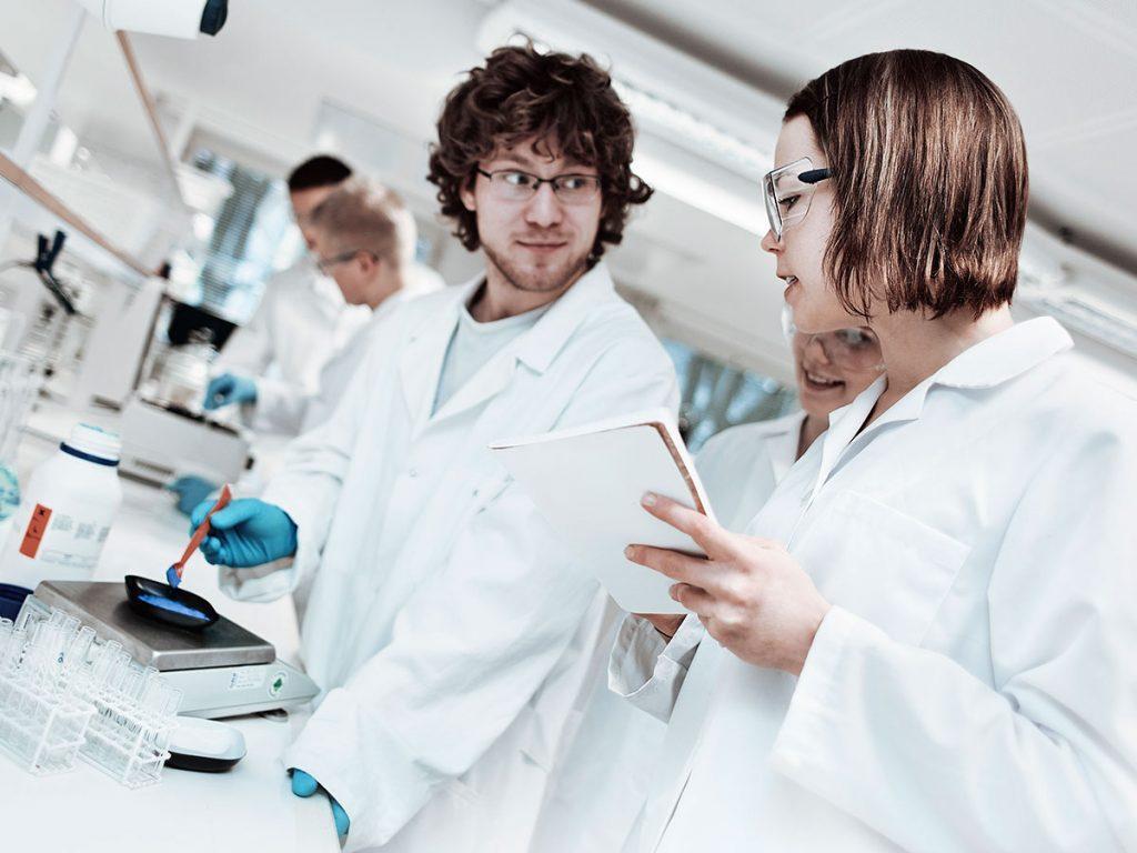 Opiskelijat laboratoriossa